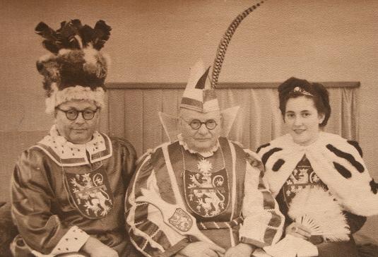 """1950, gab es auch das erste """"Dreigestirn"""". Heinrich I. (Knörr) aus dem """"Viererklub"""" war die Tollität, Kollege Willi Schmengler gab den Bauern, Anni Theisgen war die """"Jungfrau""""."""