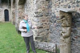 HJillesheims Stadthistorikerin Felicitas Schulz am Denkmal für Simon, den Schmied.