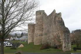 Ein Teil der mittelalterlichen Stadtmauer mit Wehrgang auf der Innenseite.
