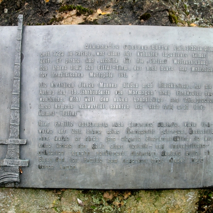 Die Gedenkplatte, auf der die Geschichte der Vorfahren des Erbauers des Eiffelturms erklärt wird.