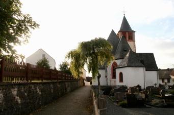 Blick auf die Pfarrkirche von Büdesheim.