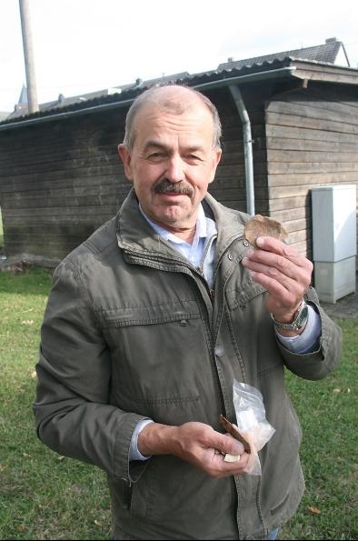 Peter Rabsahl mit römischen Funden aus Büdesheim.