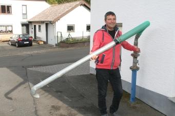 Rainer Kewes am Wasserhahn der Goldbornquelle.