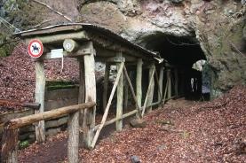 Der Zugang zum Vulkankrater führt durch einen kurzen Stollen, der aktuell noch bis zum Frühjahr 2019 wegen Steinschlaggefahrs gesperrt ist.