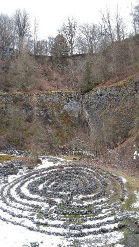 Wer dieses Labyrinth angelegt hat, ist unklar. Es wurde immer mal wieder erweitert. Der Auswurfkrater des Vulkans, der heute Arnulphusberg oder Arensberg genannt wird, diente Jahrzehnte als Abbaustelle für Basalt und anderes Gestein.