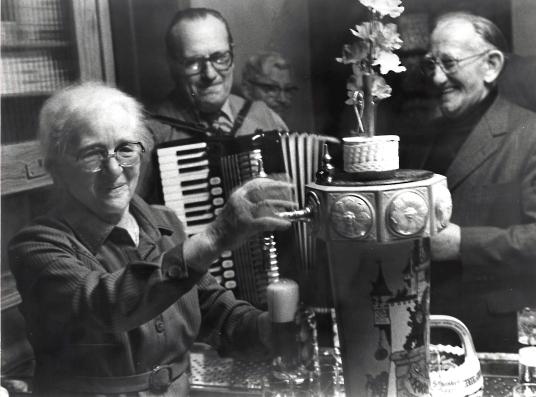 """Bei Luisjen gab es keine Musikbox - aber spontane Livemusik. Kurt Aschke (Mitte) schrieb auf das """"Gier"""" sogar ein Lied. Mit dabei Stammgast Heinrich Strunk."""