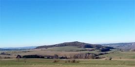 Typisch Vulkaneifel: Blick auf den Arensberg von oberhalb Zilsdorf.