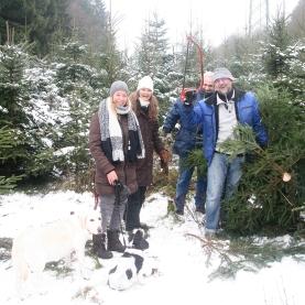 Gefunden! Glückliche Weihnachtsbaumsucher im Wald bei Simmerath.
