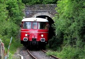 Schmaler geht nicht: Die Flitsch bei der Ausfahrt aus dem 130 Meter langen Tunnel bei Gemünd.