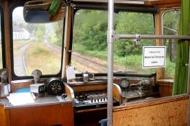 Blick in den Schienenwagen-Führerstand: Man beachte die Handkurbel rechts.