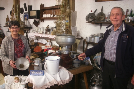 """Büdesheim, Landkreis Bitburg-Prüm: Gerhard und Katharina Grün haben in der Scheune ein kleines """"Büdesheim Museum"""" eröffnet. Historisches landwirtschaftliches Gerät, Hausrat und ein großer Tisch mit Stühlen: Hier finden auch Kindergeburtstage oder Seniorentreffen statt."""