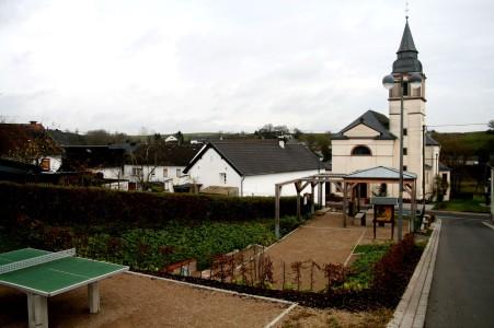 Duppach, Landkreis Vulkaneifel: Aus dem alten ungestalteten Dorfplatz wurde ein Treffpunkt mit Freizeitmöglichkeiten für alle Generationen.