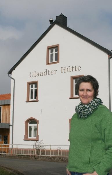 """Glaadt, Landkreis Vulkaneifel: Die """"Glaadter Hütte"""", 1905 eröffnet und als """"Haus Manstein"""" bekannt, war bis Anfang der 1970er Jahre die Dorfgastwirtschaft. Susanne Vinken und Simon Cox haben die alte Tradition seit Mai 2015 wiederbelebt."""