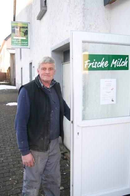 """Rommersheim, Landkreis Bitburg-Prüm: Manchmal ein bisschen mehr als Kleingeld. Nebenerwerbslandwirt Moritz Barthems betreibt eine Milchtankstelle: """"Am Wochenende verkaufe ich bis zu 20 Liter am Tag."""""""