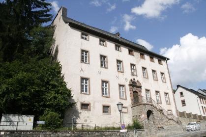 """Schönecken, Landkreis Bitburg-Prüm, Leerstand als Problem: Auch die """"Alte Schule"""" von 1718 am unteren Ende der Von-Hersel-Straße steht seit Jahrzehnten leer."""