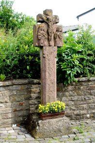 Weinsheim, Landkreis Bitburg-Prüm: So alt ist in der Region gar nicht mal so selten: Das Pestkreuz an der Straßburger Straße aus dem Jahre 1615, das von Weinsheimern gepflegt wird.