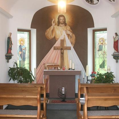 Liebe zum Detail: Die Innenausstattung der Kapelle ist aufwändig: Gemälde, Heiligenfiguren, Buntglasmalereien in den Fenstern.
