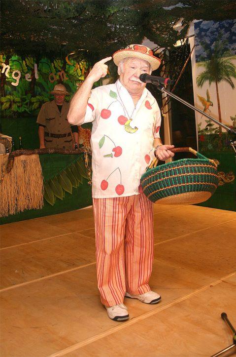 """Jakob Mießeler aus Euskirchen, hier auf der Bühne in Rohr-Lindweiler, weiß, was in der """"Bütt"""" wichtig ist. Weit über 60 Jahre lang war Mießeler, mittlerweile Mitte 80, als Redner im rheinischen Karneval unterwegs."""