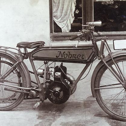 Mit Keilriemenantrieb: Die Motorräder aus der Kleinserie – wie hier auf einem historischen Foto von Mitte der 1920er Jahre hatten noch keine Kette. Foto: Archiv Hoffmann