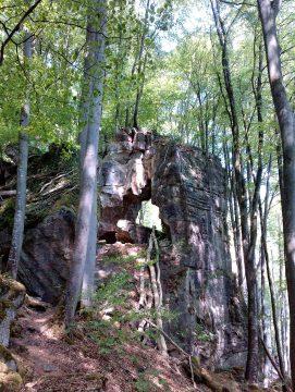 Auf dem Pfad unterhalb der Felsen zur Teufelschlucht.