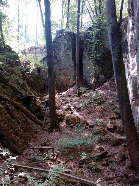 Auf dem Pfad unterhalb der Felsen zur Teufelsschlucht.
