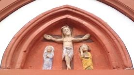 Kreuzigungsszene über dem Nebeneingang von St. Nikolaus Neuerburg.