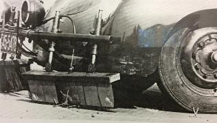 Porsche mit vorgebautem Besen zur Beseitigung von Krähenfüssen. Foto: Zollmuseum Friedrichs