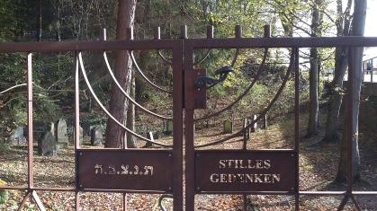 Ein alter jüdischer Friedhof unmittelbar an der Straße oberhalb des Wanderweges.