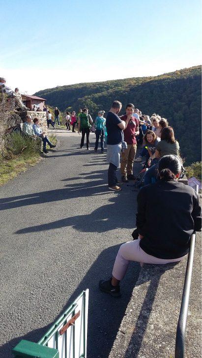 Wandereinsamkeit ist anders - damit war auch nicht zu rechnen: Einer der Weinstände auf dem Rotweinwanderweg.