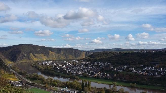 Blick von der Niederburg auf die Terrassenmosel vor Winningen und die A61-Autobahnbrücke