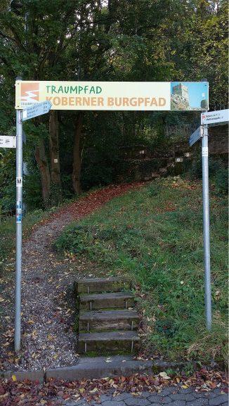 Einstieg in den Koberner Burgpfad am alten Pfarrhaus von Kobern.
