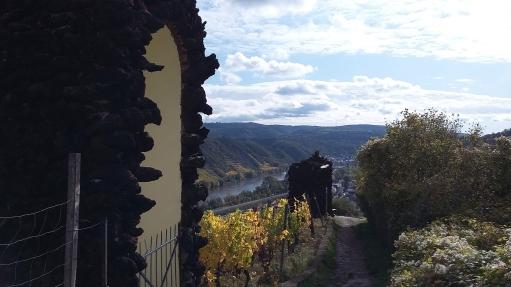 Tufsteinnischen für den Kreuzweg zwischen beiden Burgen.