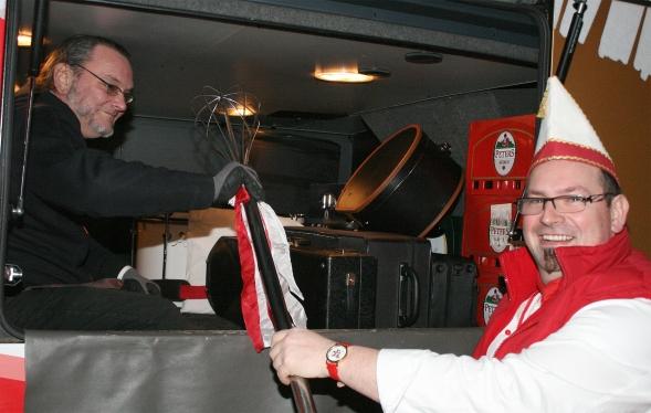 Gardekoch Björn Dreesbach verstaut den Riesenschneebesen im Kofferraum des Doppeldeckerbusses.