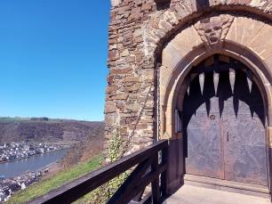 Burg Thurant Eingangstor und Moselblick.