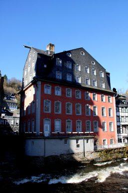 """Das """"Rote Haus"""", Familiensitz und Kontor der Tuchmacherdynastie Scheibler, ist heute Museum."""