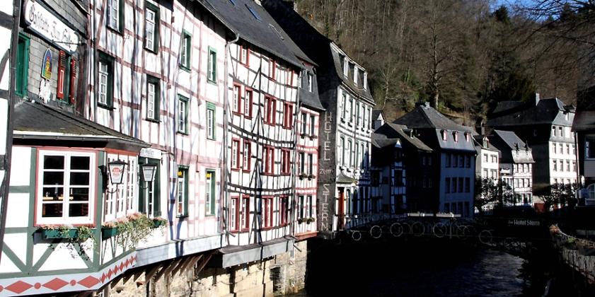 """Die Fachwerk-Reihenbebauung am Rurufer zählt zu den bekanntesten Fotomotiven Monschaus neben dem """"Roten Haus""""."""