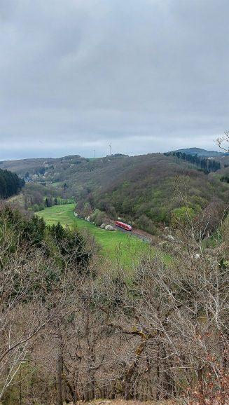 Im Tal der Thürelz fährt die Lahn-Eifel-Bahn.