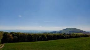 Blick auf den Hochstein und das Maifeld.