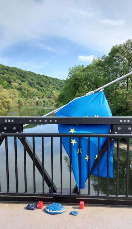 Europa lebt: Auf der Fußgängerbrücke über die Sauer,die Moersdorf und Metzdorf verbindet.