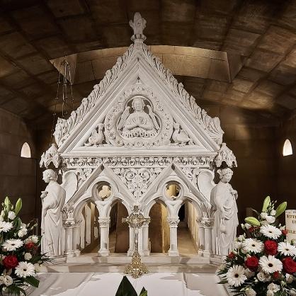In der Krypta der Basilika: Der Sarkophag des hl. Willibrord.