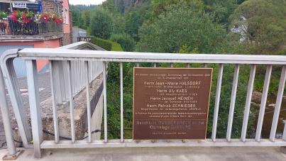 Gedenktafel an der Grenzbrücke in Dasburger Brück. Wenige Meter weiter wird an die Übersetzung der US-Armee über die Our bei der Ardennenoffensive erinnert.