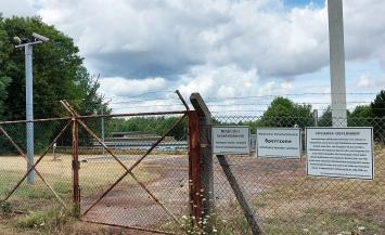 Unnötig: Entlang des Sperrzauns der Bleiberg-Kaserne startet und endet die Eifelspur.