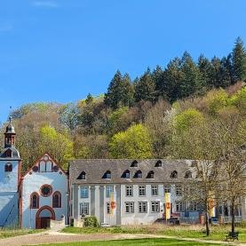 Abstecher: Die Abtei Sayn im unteren Brexbachtal (Bilder: Frühjahr 2020)