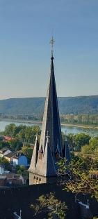 Nah dran: Der Kirchturm von Leubsdorf.