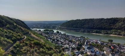 Leudesdorf vor der Öffnung des Rheintals zum Neuwieder Beckens.