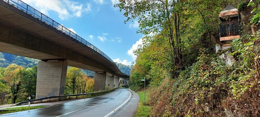 Unter der B 260 hindurch bei Niederlahnstein.