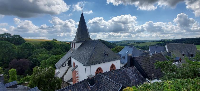 Blick auf die Pfarrkirche von Kronenburg (Kreis Euskirchen).