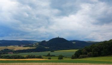 """Blick auf die Ruine Olbrück mit Niederdürenbach von der """"Eifelleiter"""" (Bad Breisig-Hohe Acht)."""
