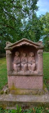 """Stein der Aufanischen Matronen im römischen Tempelbezirk """"Auf Addig"""" oberhalb von Bad Münstereifel-Nöthen (Eifelspur """"Kräuterpfad""""."""