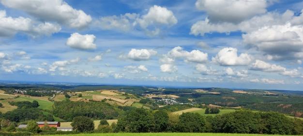 """Eifelspur """"So weit das Auge reicht"""": Blick Nordosten vom """"Galgennück"""" mit Vussem im Vordergrund und Bergen des Siebengebirges hinten rechts."""